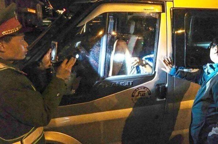 Người mang ma túy cố thủ trong ôtô