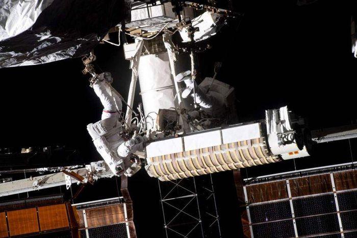 Hai phi hành gia đi bộ ngoài không gian 6 giờ để thay pin cho ISS