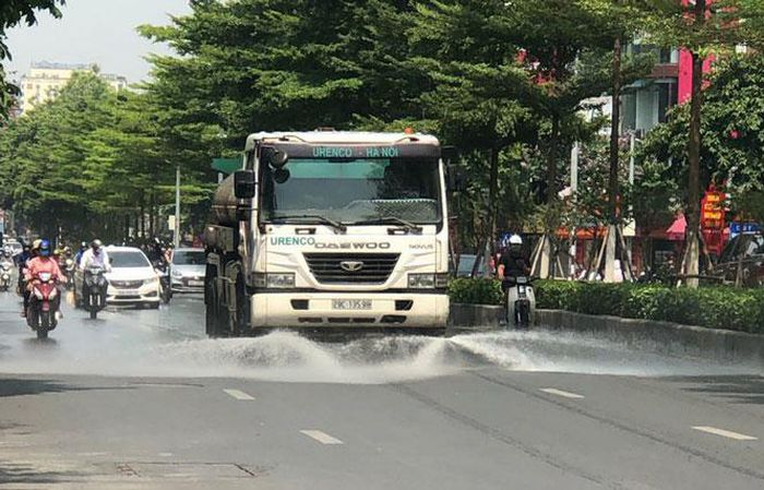 Tưới nước đường phố Thủ đô để hạ nhiệt ngày nắng nóng