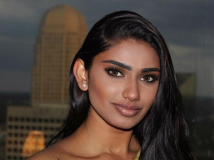 Sắc vóc nóng bỏng của người đẹp gốc Ấn được chọn kế nhiệm Hoa hậu Siêu quốc gia Mỹ