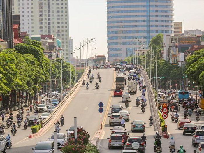 Người dân Thủ đô 'chống chọi' với nắng nóng gay gắt đầu tuần